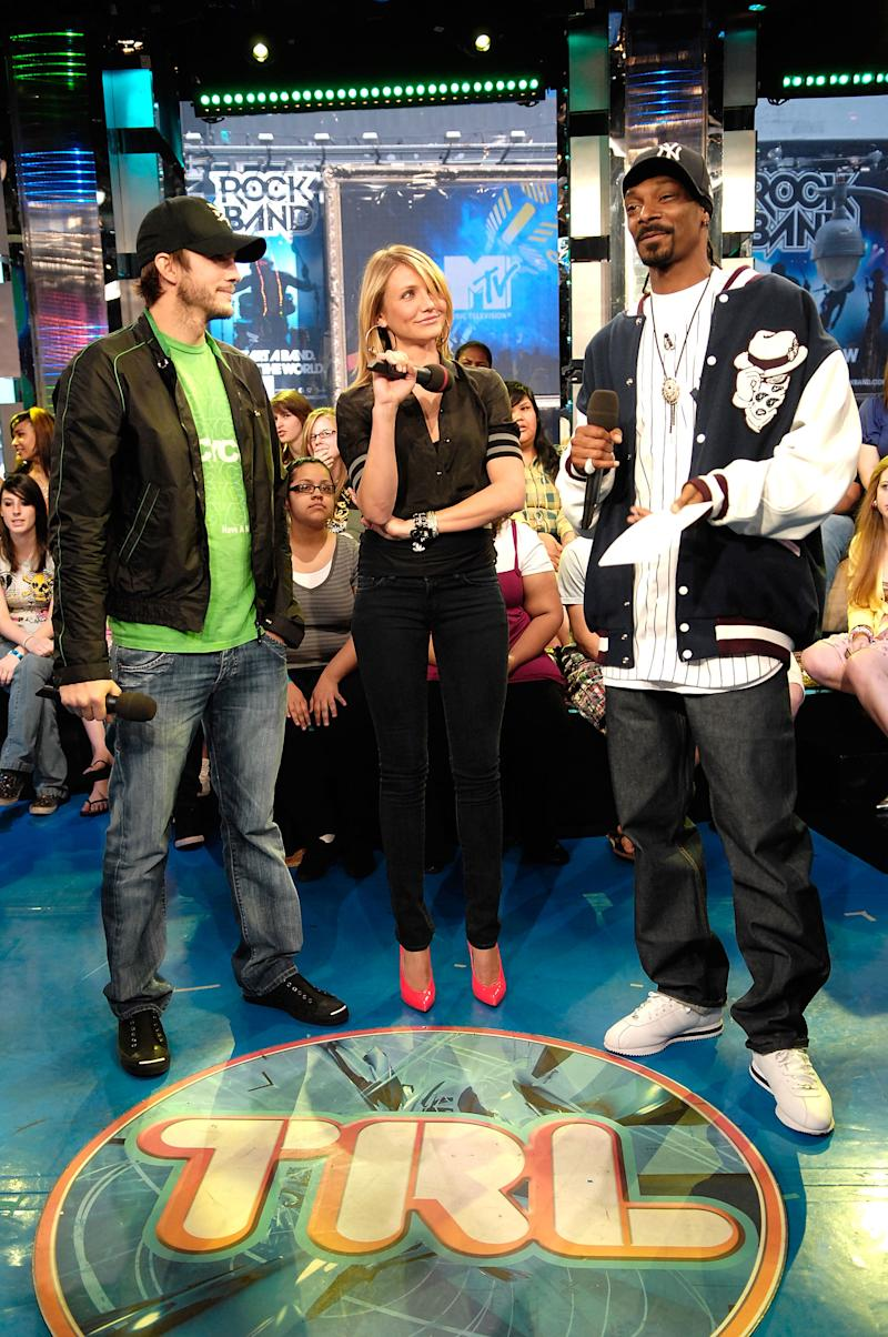 "NEW YORK - MAY 05: Actors Cameron Diaz (C) and Ashton Kutcher (L) visit MTV's ""TRL"" at MTV Studios Times Square with co-host Snoop (R) on May 5, 2008 in New York City. (Photo by Gary Gershoff/WireImage)"
