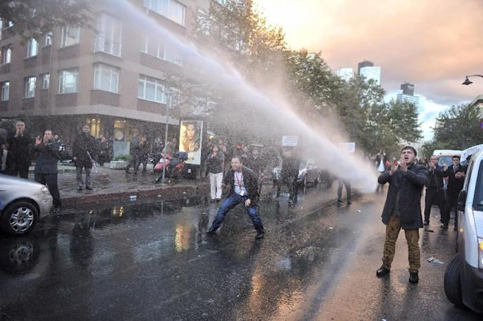 Turkish police use a water cannon to disperse supporters and employees of Bugun newspaper and Kanalturk television station during the protest in Istanbul on October 28, 2015 (AFP Photo/Usame Ari)