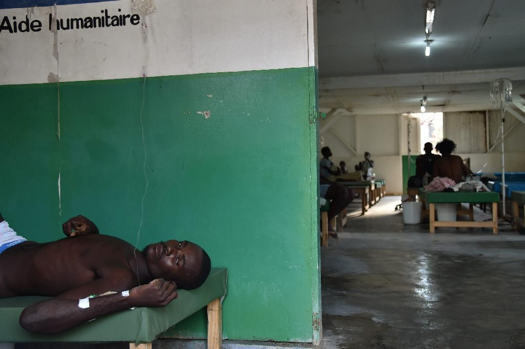 Mason, a man with cholera symptoms, receives medical atention at Saint Antoine Hospital of Jeremie, southwestern Haiti, on October 22, 2016 (AFP Photo/HECTOR RETAMAL)