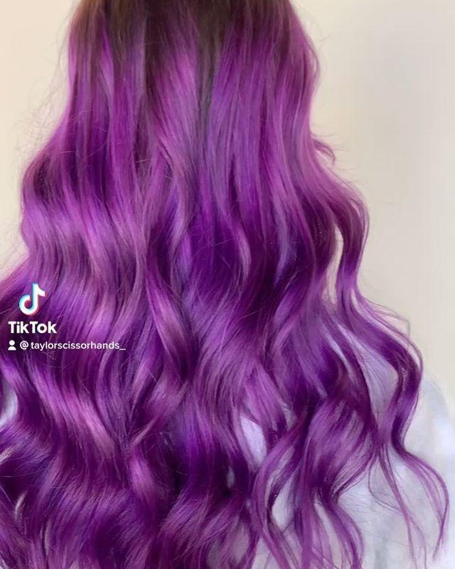 "<p>Capelli lunghissimi con tinta viola e sfumature più chiare.</p><p><a href=""https://www.instagram.com/p/CNP88BSDowW/"" rel=""nofollow noopener"" target=""_blank"" data-ylk=""slk:See the original post on Instagram"" class=""link rapid-noclick-resp"">See the original post on Instagram</a></p>"