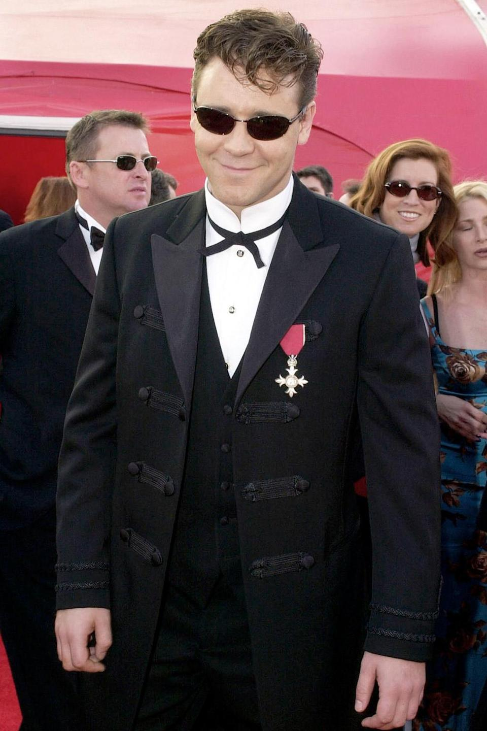 <p>Russell Crowe — who went home with the Oscar for Best Actor for his performance in <em>Gladiator —</em> arrived at the 2001 Oscars wearing some creative accessories.</p>