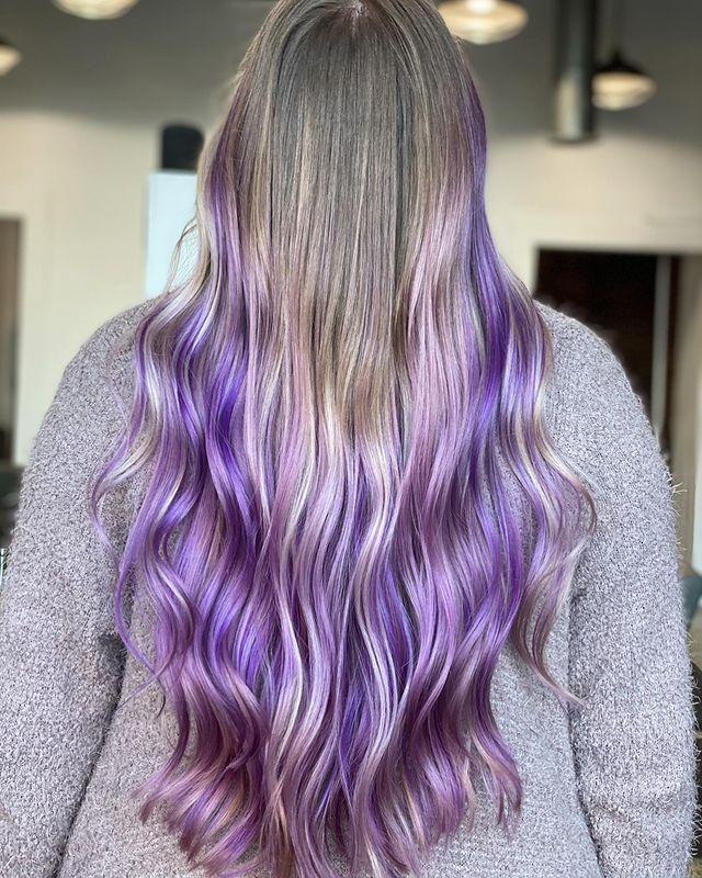 "<p>Balayage contouting viola su base grigia.</p><p><a href=""https://www.instagram.com/p/CNMBFZ0LrTf/"" rel=""nofollow noopener"" target=""_blank"" data-ylk=""slk:See the original post on Instagram"" class=""link rapid-noclick-resp"">See the original post on Instagram</a></p>"