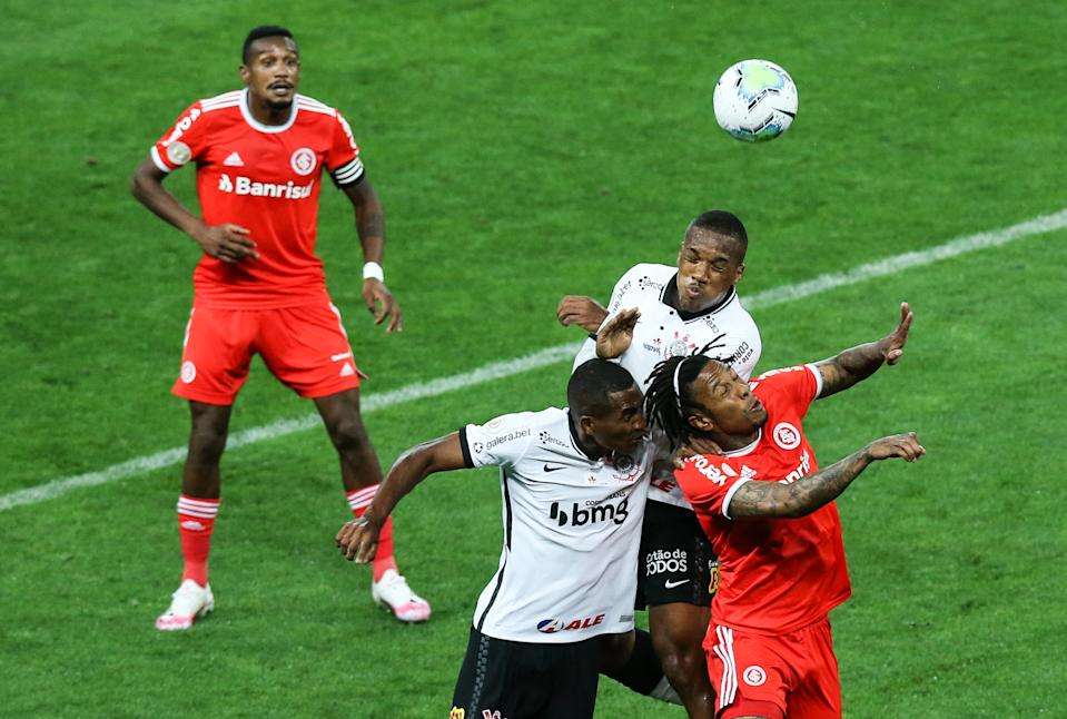 SAO PAULO, BRAZIL - OCTOBER 31: (L-R) Xavier of Corinthians and Abel Hernandez of Internacional fight for the ball during the match as part of Brasileirao Series A 2020 at Neo Quimica Arena on October 31, 2020 in Sao Paulo, Brazil. (Photo by Alexandre Schneider/Getty Images)