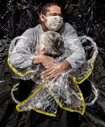 "Politiken/Panos Pictures (Photo: <a href=""https://www.worldpressphoto.org/collection/photo/2021/41591/1/Mads-Nissen-POY"" target=""_blank"">""The First Embrace"" di  Mads Nissen</a>)"