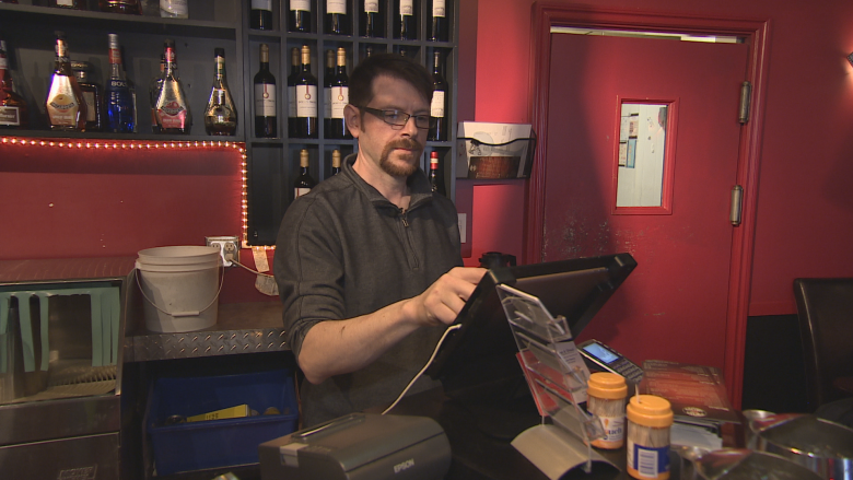 Restaurateur calls on Yellowknife businesses to open washrooms to public