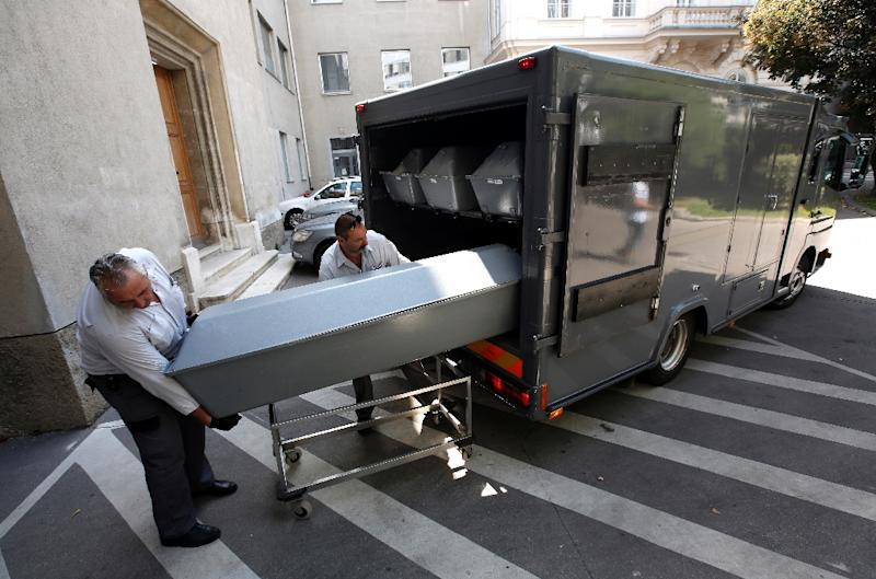 Coffins with bodies of migrants who died in an abandoned lorry are unloaded from a van on August 28, 2015 at a forensics institute in Vienna (AFP Photo/Dieter Nagl)