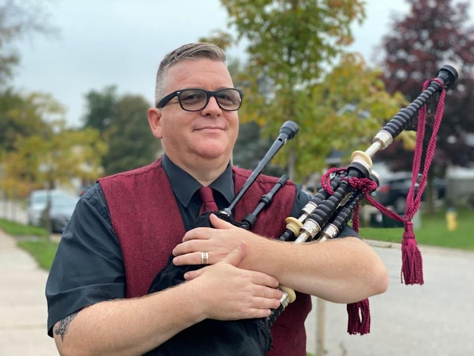 Peter Hummel, also known as Peter Piper, plays regular evening shows in his neighbourhood in Fergus, Ont., to support front-line workers. (Hala Ghonaim/CBC - image credit)