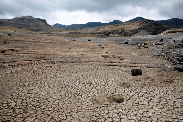 <p>A view of dried Ajuan Khota dam, a water reserve affected by drought near La Paz, Bolivia, November 17, 2016. (David Mercado/Reuters) </p>