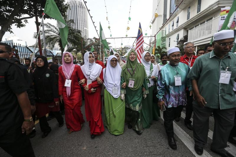 PAS's candidate for the Seri Setia by-election, Dr Halimah Ali (centre), is accompanied by Wanita Umno leader Noraini Ahmad (third left) and other supporters to the MBPJ Civic Centre in Petaling Jaya August 18, 2018. —Pictures by Hari Anggara