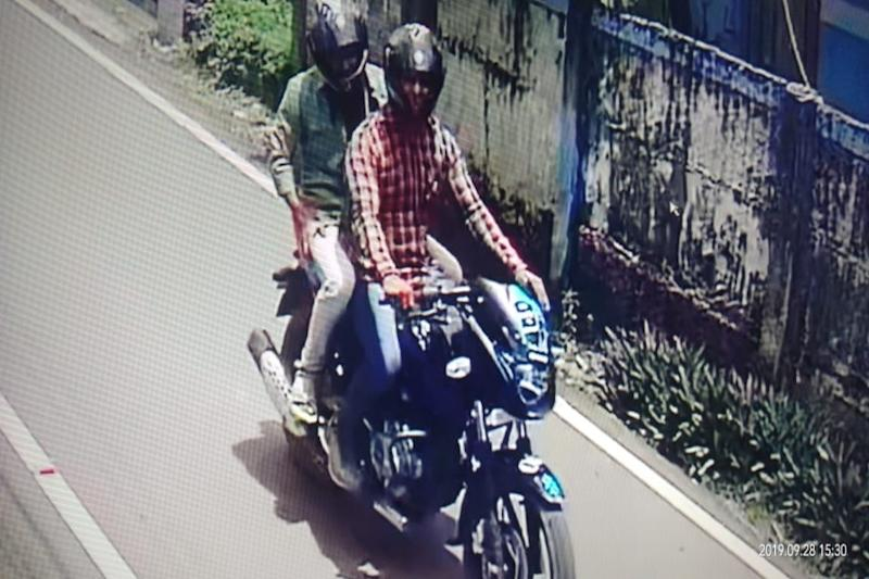 CCTV Footage Shows Duo Snatching Gold Chain Using a Gun-like Drilling Machine in Kerala