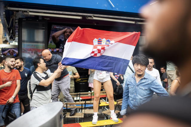 PHU30851 PUVI. Zurich (Switzerland Schweiz Suisse), 15/07/2018.- Supporters of the Croatian national soccer team react as they watch a public broadcast of the FIFA World Cup final soccer match between France and Croatia in Zurich, Switzerland, 15 July 2018. (Croacia, Mundial de Fútbol, Suiza, Francia) EFE/EPA/ENNIO LEANZA