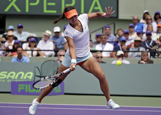 Li Na, of China, returns to Serena Williams during the women's final at the Sony Open Tennis tournament, Saturday, March 29, 2014, in Key Biscayne, Fla. (AP Photo/Lynne Sladky)