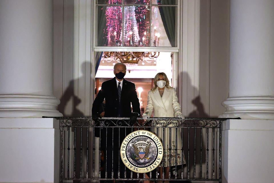 Joe et Jill Biden regardent le feu d'artifice depuis le balcon de la Maison Blanche, le 20 janvier 2021. - CHIP SOMODEVILLA / GETTY IMAGES NORTH AMERICA / Getty Images via AFP