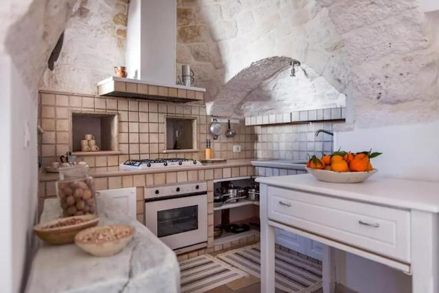 <p>The kitchen is small but well-equipped, perfect for preparing some Italian <span>—</span> make that Themysciran <span>—</span> delicacies.<br>(Airbnb) </p>
