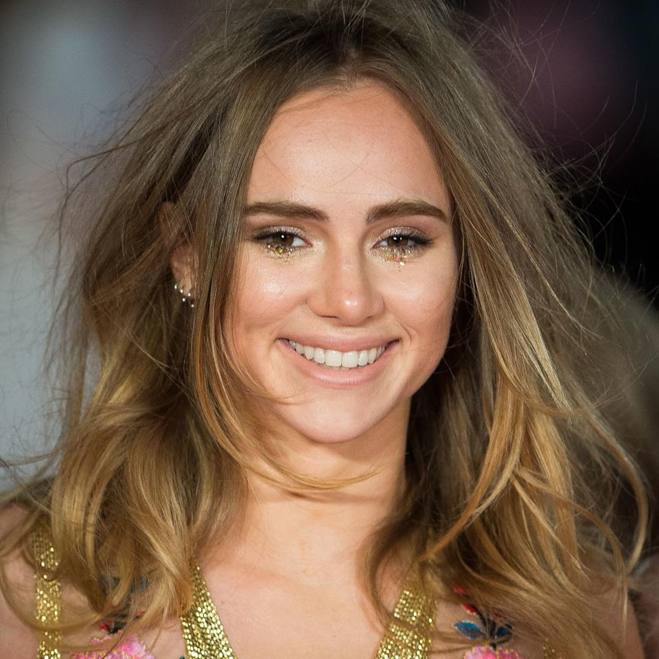 "<p>For the London premiere of <em>Pride and Prejudice and Zombies</em>, makeup artist Wendy Rowe did a spill of gold glitter under Suki Waterhouse's eyes that mimics the gleaming effects of teardrops. <a rel=""nofollow"" href=""http://wendyrowe.com/makeup/suki-waterhouse-pride-and-prejudice-and-zombies-get-the-look?mbid=synd_yahoobeauty"">Her M.O. couldn't be easier</a>: ""Don't be too precise with the glitter; it should be a little bit organic and achievable. Apply it directly onto the foundation using your finger.""</p>"