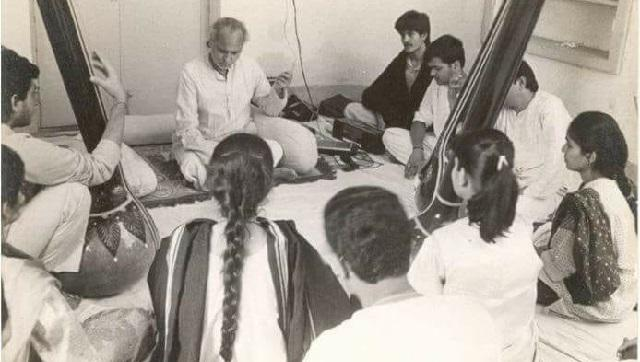 Jasraj teaching his students.
