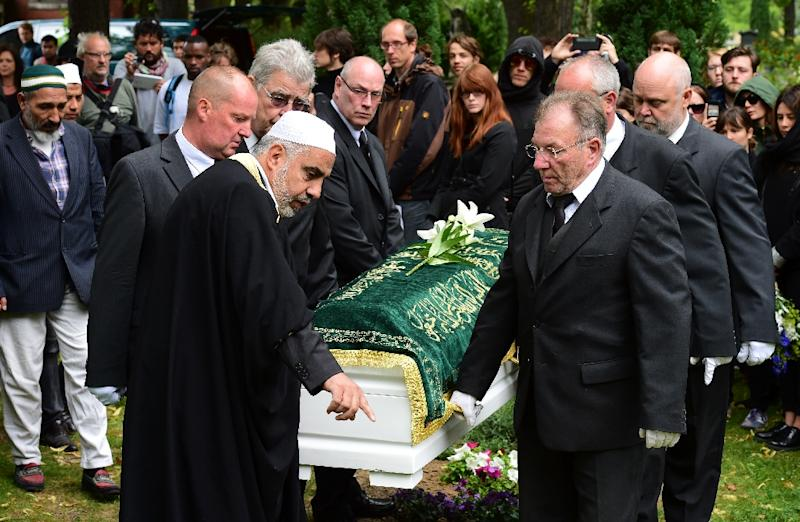 Berlin Imam Abdallah Hajjir (C) directs pallbearers carrying the coffin of an unidentified Syrian refugee who died while making his way to Germany, during a funeral on June 19, 2015 (AFP Photo/John MacDougall)