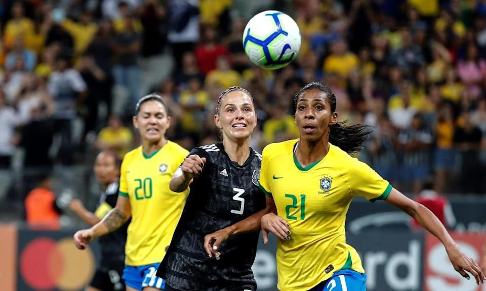 Janelly Farías (centre) in action for Mexico against Brazil.