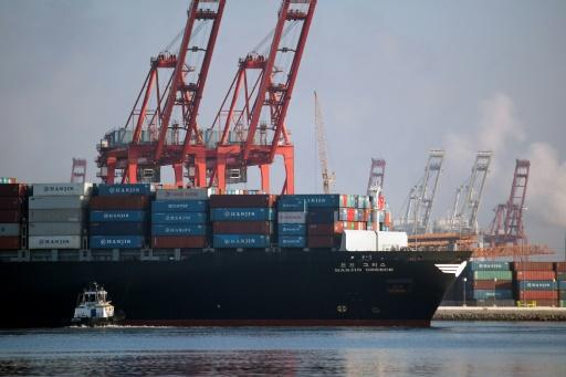 US trade deficit narrows on falling imports