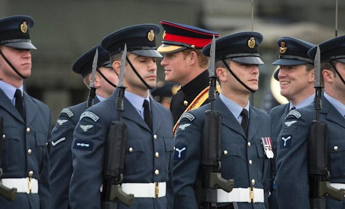 Britain's Prince Harry (C), Honorary Air Commandant, inspects members of No 26 squadron RAF Regiment during a visit to RAF Honington in Suffolk, easten England on November 13, 2014 (AFP Photo/Paul Edwards)