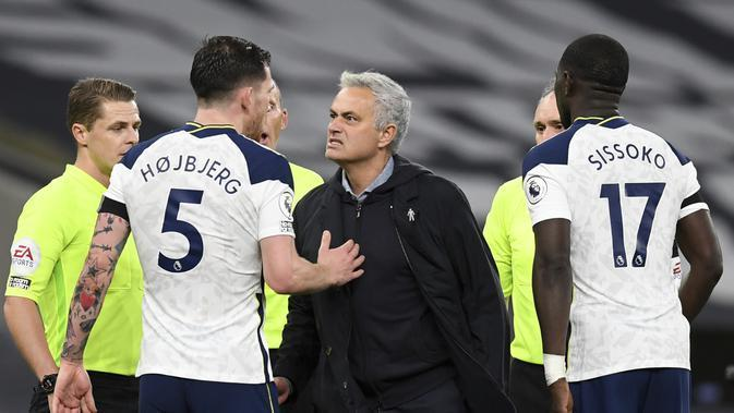 Pelatih Tottenham Hotspur, Jose Mourinho (tengah)bereaksi saat berbicara dengan Pierre-Emile Hojbjerg usai pertandingan melawan Manchester City di Stadion Tottenham Hotspur di London, Inggris, Sabtu (21/11/2020). Tottenham menang atas City 2-0. (Neil Hall/Pool via AP)