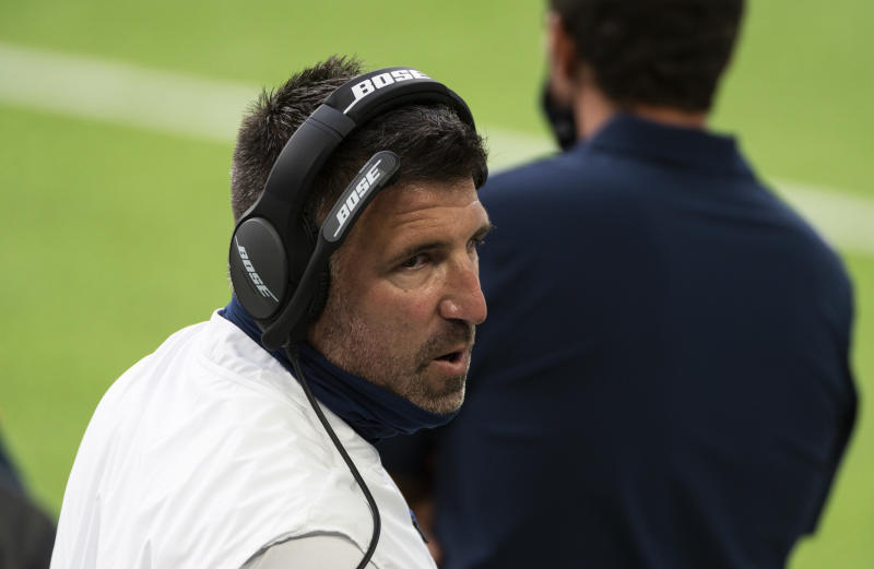 Head coach Tennessee Titans Mike Vrabel speaks to his team on the sidelines during the second quarter of the game against the Minnesota Vikings at U.S. Bank Stadium on Sept. 27, 2020.