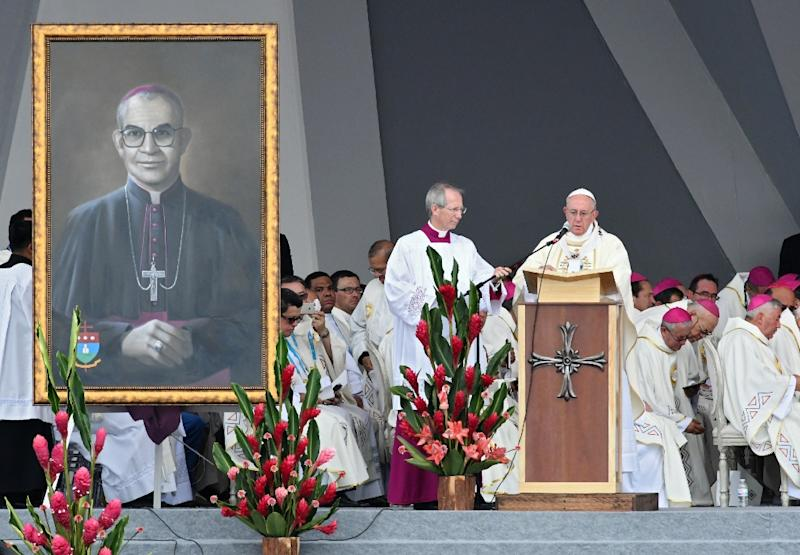 Pope Francis (R) addresses thousands of worshippers at an open-air mass in the central Colobian city of Villavicencio (AFP Photo/Luis ACOSTA)