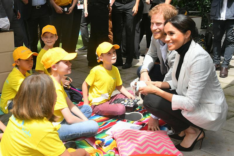 The Duke and Duchess of Sussex chat with school children in Australia. (Samir Hussein via Getty Images)