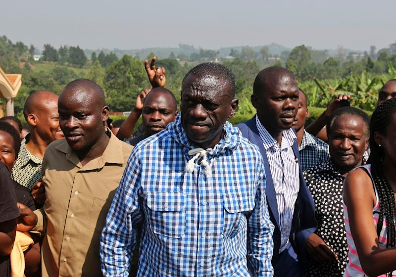 Uganda opposition leader Kizza Besigye arrives at a polling station to vote in his home town of Rukungiri on February 18, 2016 (AFP Photo/)