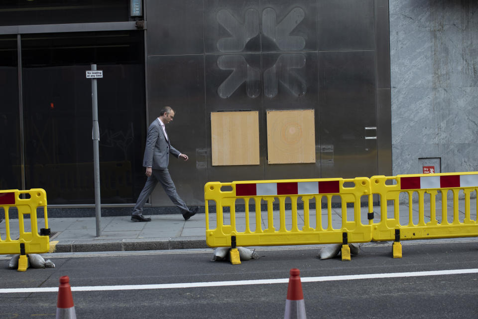 A worker walks past a closed RBS, Royal Bank of Scotland in London, England. Photo: Dan Kitwood/Getty Images