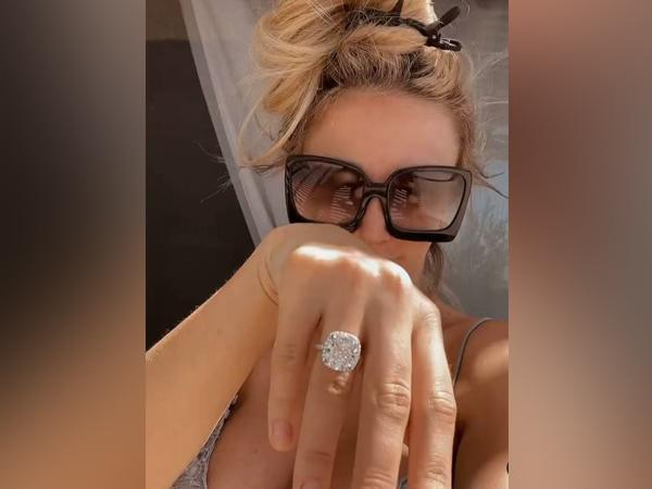 Courtney Stodden showing her engagement ring (Image Source: Instagram)