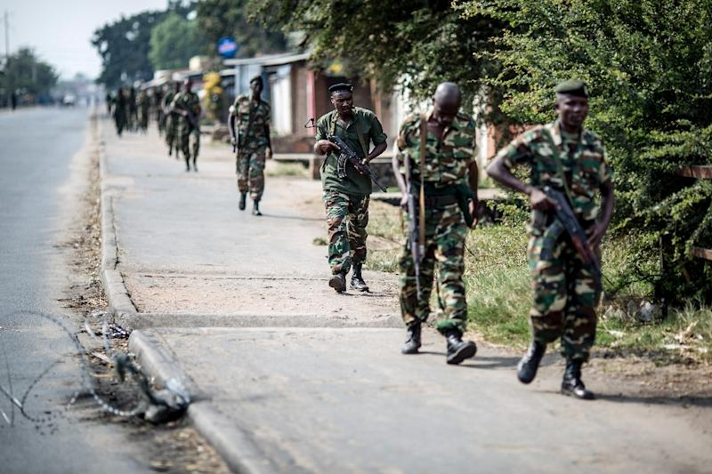 Burundian soldiers withdraw from the restive Cibitoke neighbourhood in Bujumbura after a police operation on July 1, 2015 (AFP Photo/Marco Longari)