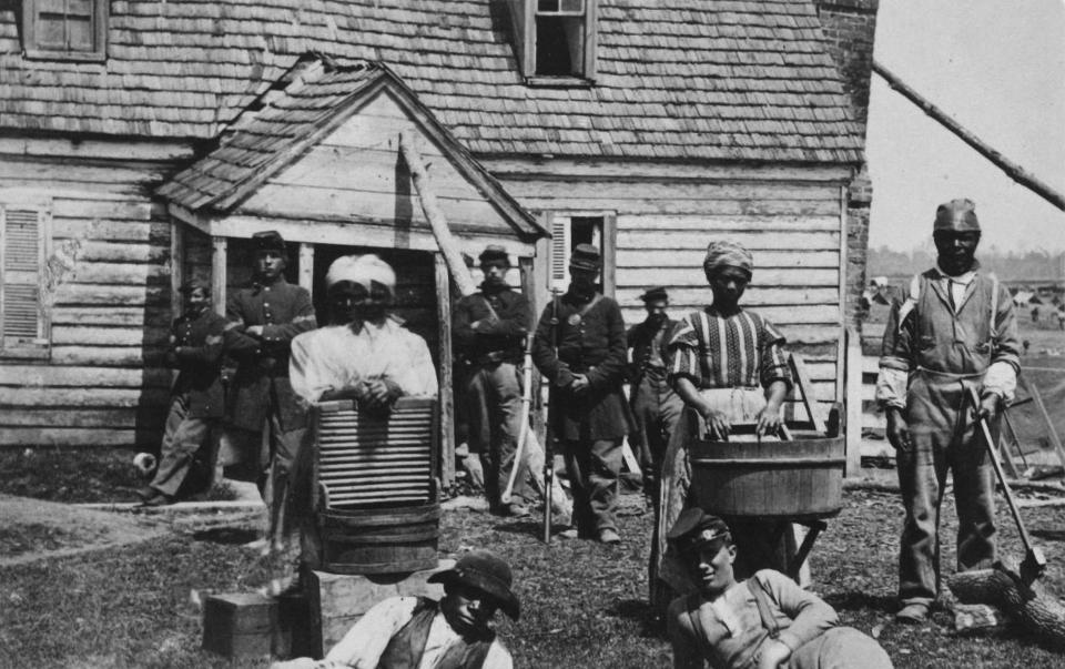 Escaped slaves working as washerwomen