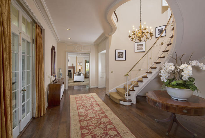 <p>Can't you just imagine Bette Davis, Marlene Dietrich and now Taylor Swift (on the way to the Grammys, perhaps?) gliding down this staircase in a stunning gown? <br></p>