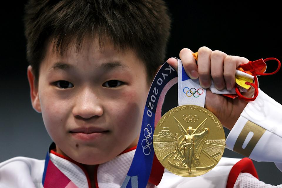TOKYO, JAPAN - AUGUST 05: Gold medalist Hongchan Quan of Team China celebrates during the medal ceremony for the Women's 10m Platform Final on day thirteen of the Tokyo 2020 Olympic Games at Tokyo Aquatics Centre on August 05, 2021 in Tokyo, Japan. (Photo by Tom Pennington/Getty Images)