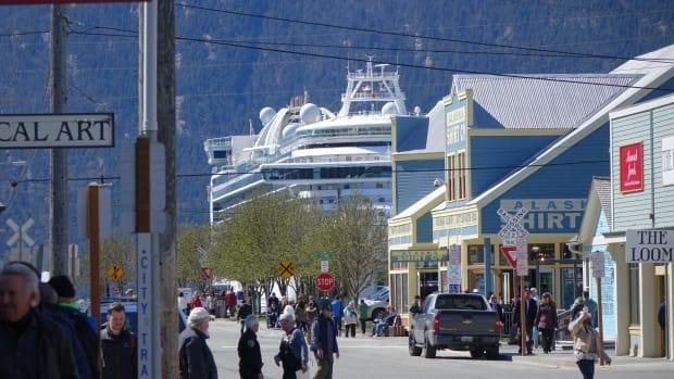 A cruise ship in Skagway, Alaska, in 2019. On Tuesday, the town welcomed its first big cruise ship in nearly 2 years.  (Claudiane Samson/Radio-Canada - image credit)