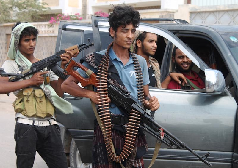 Yemeni militants loyal to exiled President Abderabbo Mansour Hadi look on following reported clashes with Huthi rebels near Aden's Dar Saad suburb, on April 27, 2015 (AFP Photo/Saleh Al-Obeidi)