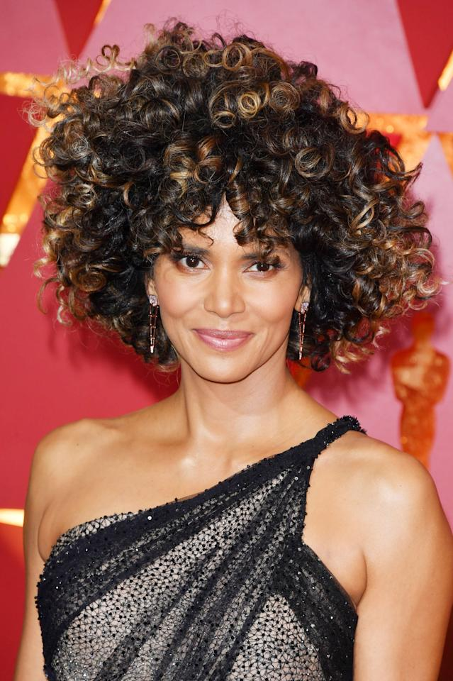 <p>Berry debuts full ringlets at the 2017 Oscars.</p>