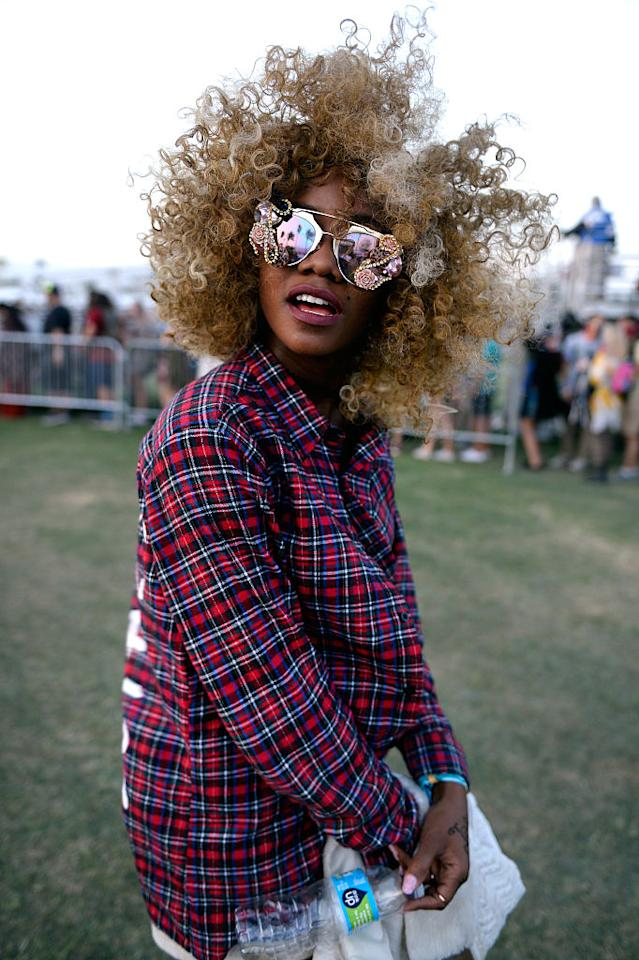 <p>A festivalgoer wears a stained plum lip and honey blond curls for a super-rad look. (Photo: Getty Images) </p>