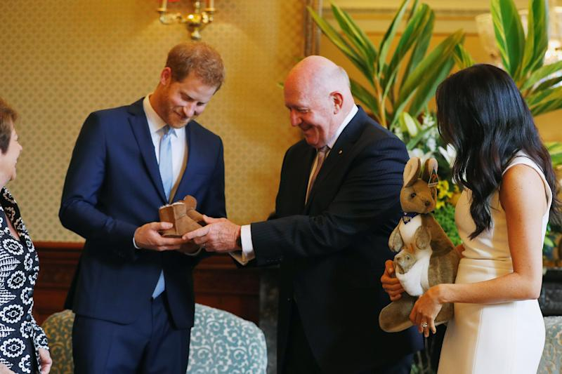 SYDNEY, AUSTRALIA - OCTOBER 16: Prince Harry, Duke of Sussex and Meghan, Duchess of Sussex look at bush hats with Australia's Governor General Peter Cosgrove and his wife Lynne Cosgrove at Admiralty House on October 16, 2018 in Sydney, Australia. The Duke and Duchess of Sussex are on their official 16-day Autumn tour visiting cities in Australia, Fiji, Tonga and New Zealand. (Photo by Phil Noble - Pool/Getty Images)