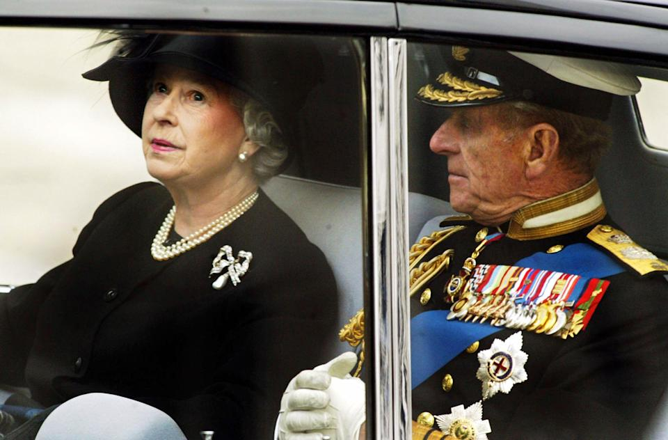 LONDON, UNITED KINGDOM:  The Queen leaves Westminster Abbey with the Duke of Edinburgh after the funeral ceremony of the Queen Mother 09 April 2002 in London. The funeral is the culmination of more than a week of mourning for the royal matriarch, who died March 30 at the age of 101. AFP PHOTO FRANCOIS GUILLOT (Photo credit should read FRANCOIS GUILLOT/AFP via Getty Images)