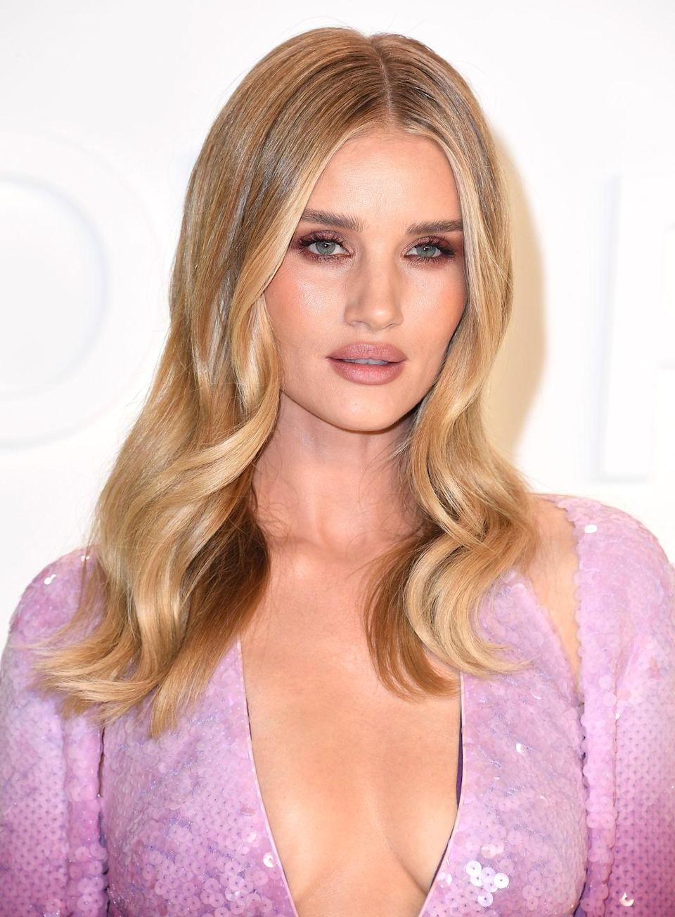 <p>Streaks of gold are bound to appear each fall season. A tried-and true go-to option for those looking to brighten up rather than tone down their strands, <strong>Rosie Huntington-Whiteley</strong> manages to make her hair pop!</p>