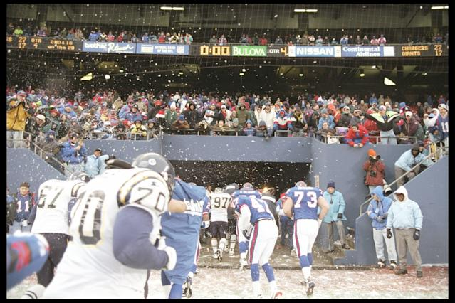 "Players on both the <a class=""link rapid-noclick-resp"" href=""/nfl/teams/nyg/"" data-ylk=""slk:New York Giants"">New York Giants</a> and the San Diego Chargers try to avoid snowball thrown by fans at Giants Stadium in 1995. (AP)"