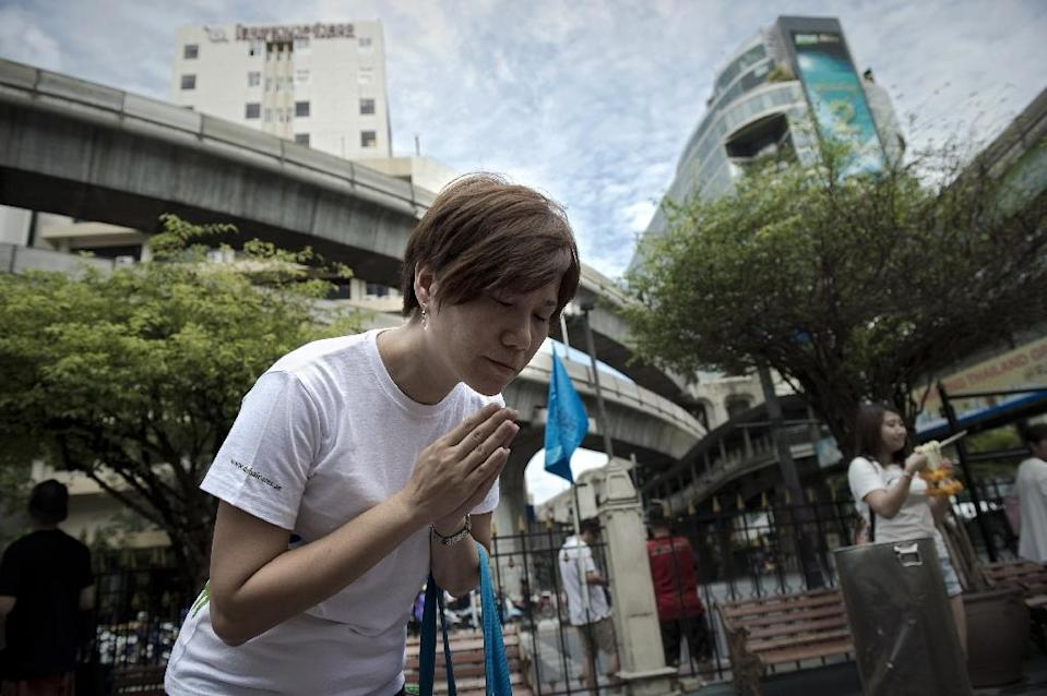 A woman prays at the reopened Erawan shrine in central Bangkok, on August 31, 2015 (AFP Photo/Nicolas Asfouri)