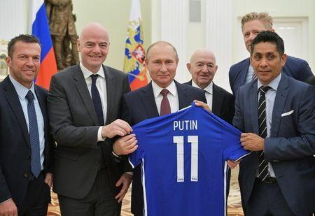 Russia's President Vladimir Putin (C) poses for a picture with (L-R) former player of team Germany Lothar Matthaeus, FIFA President Gianni Infantino, First Vice President of the Russian Football Union Nikita Simonyan, former player of team Denmark Peter Schmeichel and former player of team Mexico Jorge Campos during a meeting at the Kremlin in Moscow, Russia July 6, 2018. Sputnik/Alexei Druzhinin/Kremlin via REUTERS