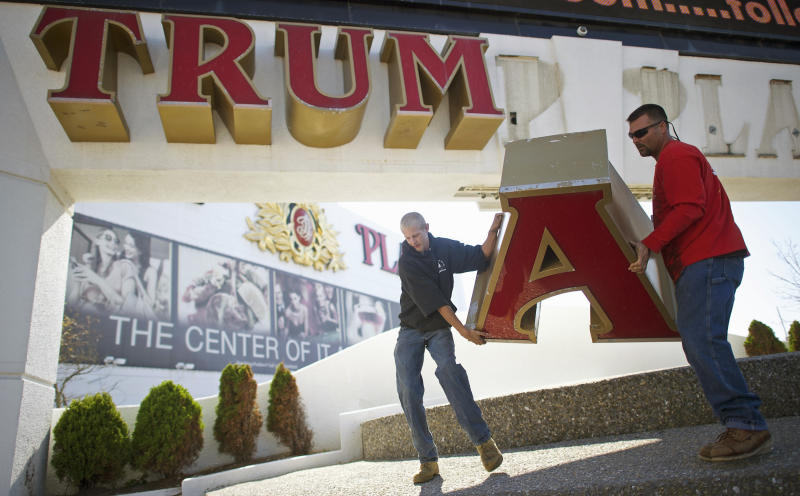 Workers remove the sign from Trump Plaza Casino in Atlantic City, New Jersey, Oct. 6, 2014, after Trump sued to end a licensing deal. (Mark Makela / Reuters)