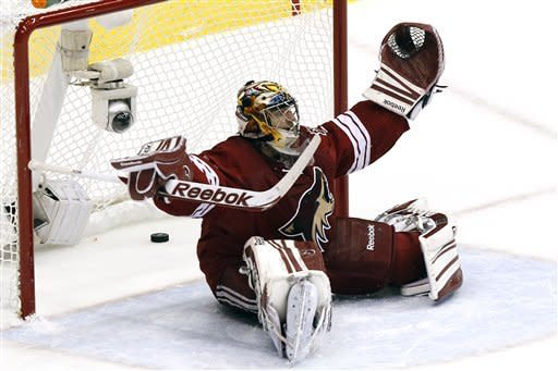 Phoenix Coyotes goalie Mike Smith reacts after giving up a goal to Los Angeles Kings' Dwight King in the first period during Game 2 of the NHL hockey Stanley Cup Western Conference finals, Tuesday, May 15, 2012, in Glendale, Ariz. (AP Photo/Ross D. Franklin)