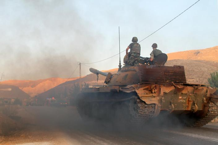 A Lebanese army tank drives to the entrance of the town of Arsal by the Syrian border on August 2, 2014 (AFP Photo/)