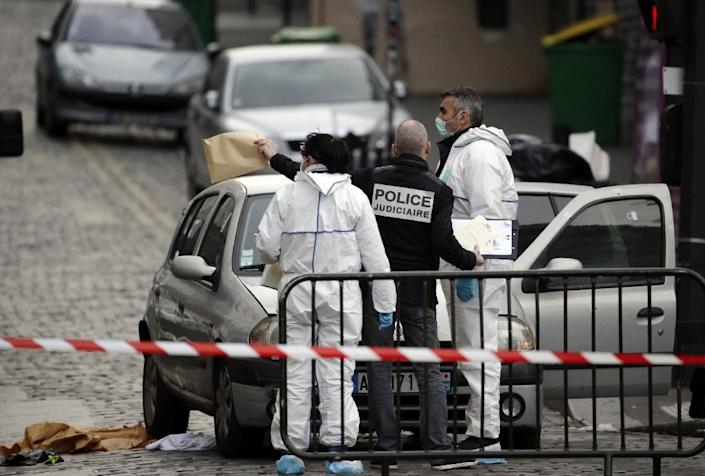 Forensic scientists and police inspect the Cafe Bonne Biere on Rue du Faubourg du Temple in Paris on November 14, 2015, following a series of coordinated attacks in Paris late Friday (AFP Photo/Kenzo Tribouillard)