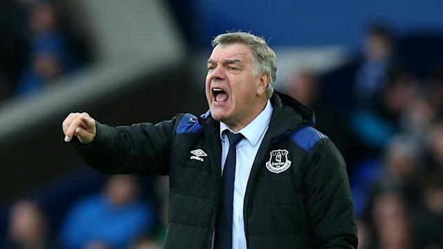Everton's timescale for Gylfi Sigurdsson's recovery from a knee injury has angered Toffees boss Sam Allardyce.